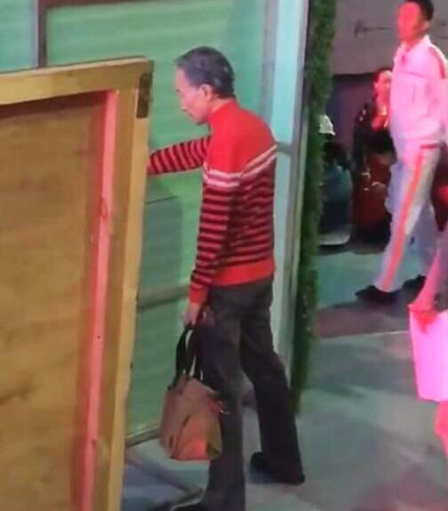 62岁小品演员巩汉林近照,被传以手扶墙身体不好,真相原来是这样的!