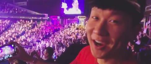 迷弟林俊杰现身刘德华演唱会 参与万人合唱生日歌
