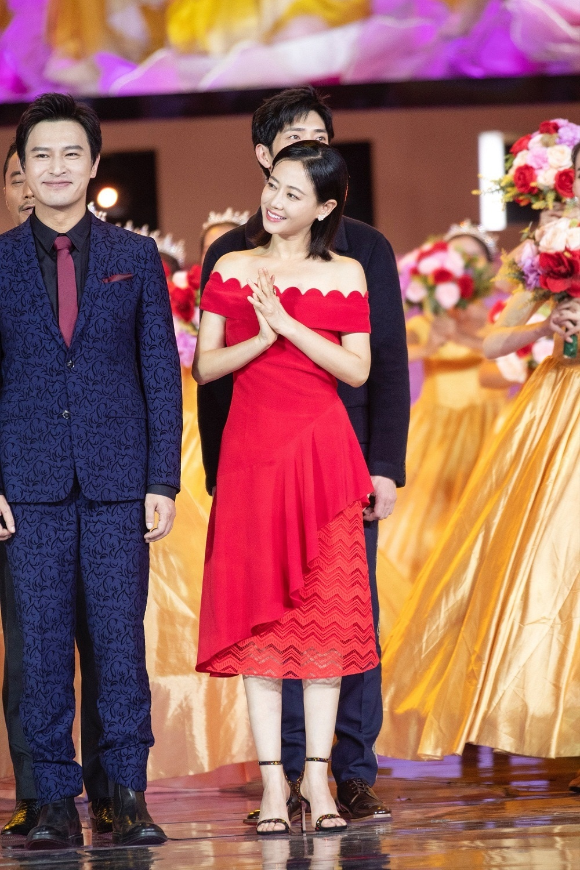 谭卓与《烈火英雄》剧组温情献唱 为新中国成立70周年庆生