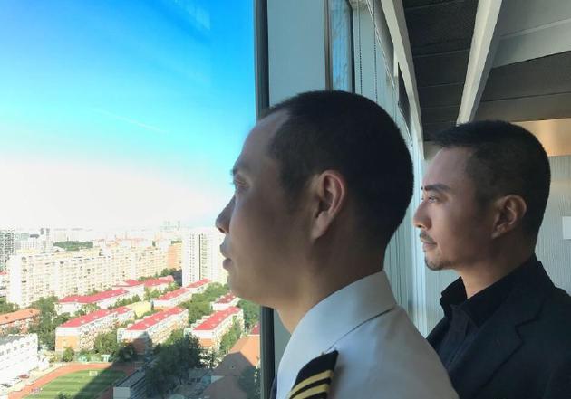 张涵予合影川航英雄机长刘传健:我从内心深处赞叹他