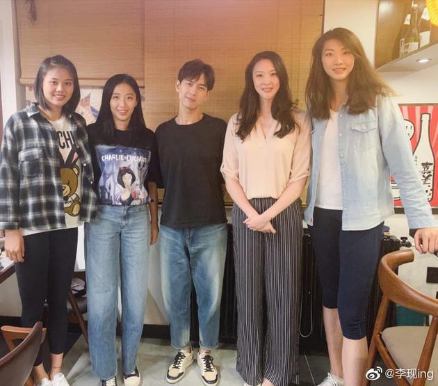李现激动合影中国女排 网友:突然显得娇小可人