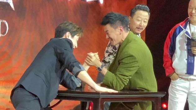 刘宪华何润东《征途》发布会上扳手腕 热血十足