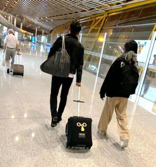 机场偶遇汪小菲一家四口,大S素颜出门打扮很接地气