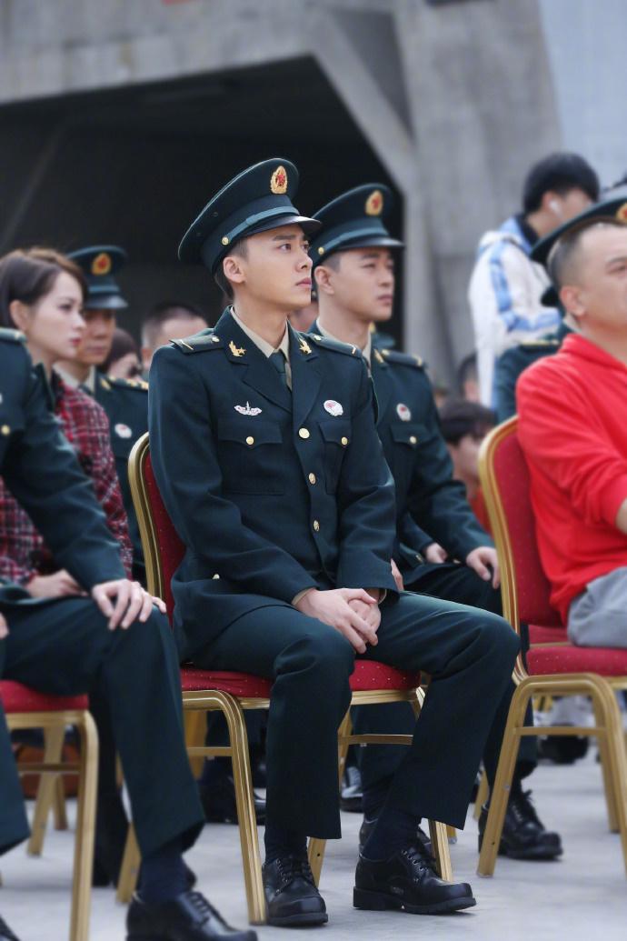 李易峰军装亮相《号手就位》发布会 希望拍好第一部火箭军电视剧