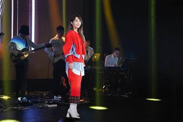 杨丞琳演唱会台上双膝下跪 衣着宽松否认怀孕