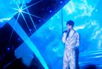 12月31日晚,王俊凯身着茹伊印花连体工装裤帅气亮相湖南卫视跨年演唱会,此次带来他的全新热单《流星》,用最有态度的歌声陪伴大家跨年。