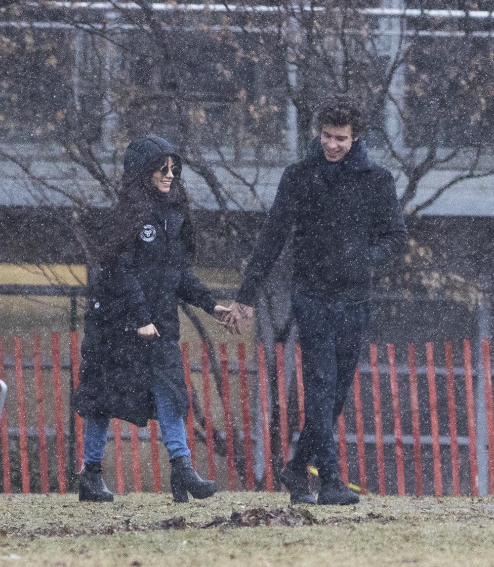 萌德卡妹多倫多街頭冒雪散步 貼心拉拉鏈濃情蜜意