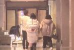 1月3日,有媒体爆出陈乔恩和男友艾伦约会的画面。画面中,陈乔恩和男友去吃火锅,二人有说有笑,氛围十分甜蜜;陈乔恩还吐舌卖萌,水汪汪的大眼望向男友开撩。