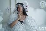 1月3日,木村光希(Koki)登《时尚芭莎》电子刊开年封大片发布。封面大片中,Koki手持金色面具半遮面,单臂支撑侧卧在地板上。内页大片中Koki气场十足,被风吹起的发丝,精致妆容、巧克力肤色、欧美范儿精致美妆,无不彰显高级。