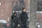 """当地时间1月1日,热恋中的""""卡妹""""卡米拉·卡贝洛和男友""""萌德""""肖恩·蒙德兹现身大雪纷飞的多伦多街头。当天,萌德身穿一身黑色休闲服,卡妹则穿着厚厚的长款羽绒服,二人一路十指紧扣有说有笑。"""