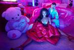"""近日,""""黎超模""""蕾哈娜为自家内衣品牌情人节系列拍摄的一组大片曝光。广告中,""""黎超模""""一头发量惊人的黑色长卷发披肩,身穿红色内衣披着红色长羽绒大衣摆出性感诱人姿势,新年气氛十足。"""