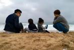"""1月3日,孙俪通过微博分享了一家四口在海边度假的背影照,并在博文中写道:""""你好,2020。""""照片中,一家四口穿着休闲的运动装,面对蔚蓝的大海和蓝天,在沙滩上跳跃玩耍。"""