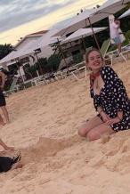 阿黛尔瘦了!最新沙滩街拍出炉 四肢纤细笑容迷人