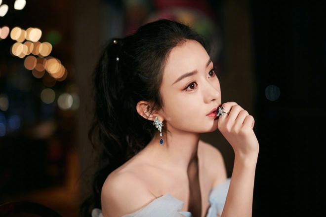 赵丽颖梳高马尾出席活动 穿蓝色纱裙化身冰雪女王