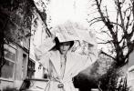 """""""贝嫂""""维多利亚·贝克汉姆登上英国版《BAZAAR》二月号,一贯酷爱神秘黑色系的她,此次大胆尝试启用粉色调,令人倍感惊艳。照片中,她身着简约风套装,无论在室内慵懒小憩,还是现身英伦街头遛狗,摄影师镜头下的她都难掩优雅温婉的气质。"""