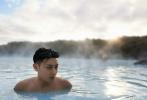 1月6日,《小小的追求》曝光一组剧照。黄子韬和王彦霖结伴前往冰岛,享受蓝湖温泉。背靠环山,曦光透云,二人半裸置身温泉,不停凹造型摆拍。周身蒸腾的水蒸气,令画面更加朦胧,尽显男人魅力。