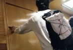 据港媒报道,1月6日,梁朝伟独自现身铜锣湾,前往诊所集中的恩平中心后乘货梯上楼,找他的家庭医生看病。当天,梁朝伟身穿白色卫衣,系着黑色围脖,口罩遮面,背着一个大大的双肩包。