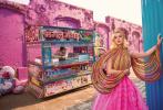 """""""水果姐""""凯蒂·佩里登上印度版《Vogue》2020年开年刊封面。照片充满了异域风情,高饱和度的色彩打造出一个五彩缤纷的乐园,鲜明亮眼,与""""水果姐""""追求自我、独树一帜的个性相得益彰。"""