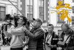 新年伊始,由高群书导演的警匪动作片《三叉戟》在青岛完成93天的拍摄,宣布正式杀青。同时,影片首次曝光了全明星豪华阵容:警界老将由戏骨黄志忠、姜武、郭涛联袂出演,欧豪出演欲颠覆世界的新生代狠角色,韩庚、董勇出演三位老警察的直接领导,另外,在这部硬汉电影里负责硬和狠的还有金士杰、魏晨、邢佳栋、苏鑫、徐励等一众狠人,当然包贝尔、周云鹏是负责搞笑的,而黄璐、陈都灵、赵子琪、何杜鹃、黄小蕾一众花儿负责柔软。