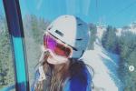 李嫣回瑞士晒滑雪照 坐缆车上对镜歪头难掩好心情