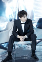 王俊凯参加百花迎春晚会 着黑西装尽显绅士魅力