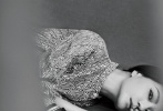 """1月8日,《T Magazine》2020开年刊封面大片释出,赵薇化身""""蝴蝶夫人"""",身着颇具设计感的简约风服饰,别致褶皱利落有型,黑色典雅,红色热烈,画面对称构图感强烈,或美艳、或飒爽,纯色背景中多样风格呈现,复古造型演绎摩登佳人。"""