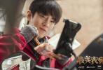 1月8日,2019最美表演肖战正片《买耳朵》剧照曝光。肖战化身外卖小哥,在路边一边吃盒饭一边给外婆打电话。