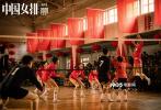 1月8日,由导演陈可辛执导,巩俐、黄渤、吴刚、彭昱畅、白浪领衔主演的电影《中国女排》发布集体版海报。女排队员赛场拼搏瞬间逐一定格,组成了中国女排的拼搏群像,表现出中国女排不断前进腾飞的奋斗历程。