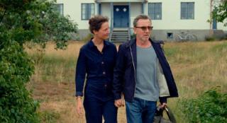 《伯格曼岛》首释新剧照 影人夫妇上岛寻创作灵感