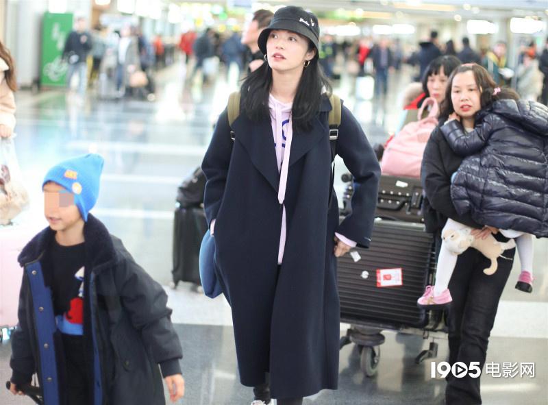 辣妈姚晨带儿女现身机场 小土豆自推行李似小大人