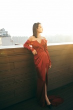 宋茜着抹胸红裙出席活动 优雅时髦尽显冷艳妩媚