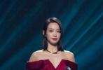 1月8日,宋茜身着红色礼服出席活动,礼服独特的抹胸翻领设计和不对称裙摆,优雅时髦又充满细节感,缔造极具立体感的视觉效果。
