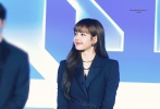 """1月9日,《青春有你2》发布会在广州举行,作为这一季导师的LISA出席。发布会现场,Lisa身穿一袭黑色收腰连衣裙现身,尽显蛮腰长腿。无论是身材还是颜值都超能打,不愧是""""人间芭比""""。"""