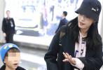 1月9日,姚晨带着一双儿女现身北京机场。她身穿深色大衣内搭粉色帽衫卫衣,头戴黑色渔夫帽,背着双肩包变时髦辣妈。