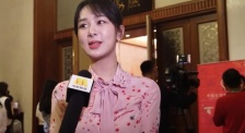 杨紫一身粉色连衣裙甜美亮相 新的一年继续做喜欢的事情