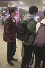 洪欣一家现身机场 张丹峰抚摸张镐濂头父爱满满