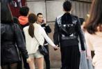 1月13日,据台媒爆料,王大陆在跨年夜和女友Ivy现身台湾街头被拍。当晚,王大陆一身黑衣大方现身街头,紧紧牵着身旁穿着白色外套,浅色短裤的Ivy,二人好一群朋友一同跨年。离开了人潮涌动的地方,他靠在车上将女友搂进怀里,男友力爆棚。此前,王大陆数次传出恋情,但其均未回应。