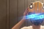 刘昊然炫耀大黄蜂头盔技能 想取下来却被卡住头