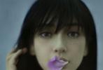 1月14日,Angelababy登《瑞丽伊人风尚》二月刊封面大片发布。照片中,Baby一头乌黑的长发,加上减龄的空气刘海,少了些御姐范,多了份少女感。