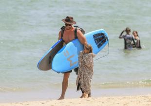 来者不拒!锤哥带女儿拜伦湾度假 被影迷求合影