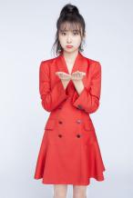曹曦月新年写真公开 穿红色西服短裙彰显自信态度