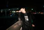 1月16日深夜,杨洋受品牌邀请,启程前往巴黎时装周。当晚,杨洋身穿高级灯芯绒长款外套内搭黑色卫衣,兼顾温度与风度;脚踩Duke霸金皮靴彰显硬朗难自弃,复古优雅,酷帅至极。期待杨洋巴黎时装周的秀场时刻。