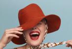 1月16日,好莱坞影星艾丽·范宁登封美版《Maire Claire》二月刊封面大片发布。甜美的小仙女,涂着红唇,变成复古范儿摩登女郎。不笑的时候是高冷美人,笑起来就是明媚少女。你觉得范宁妹妹这组大片表现力如何?