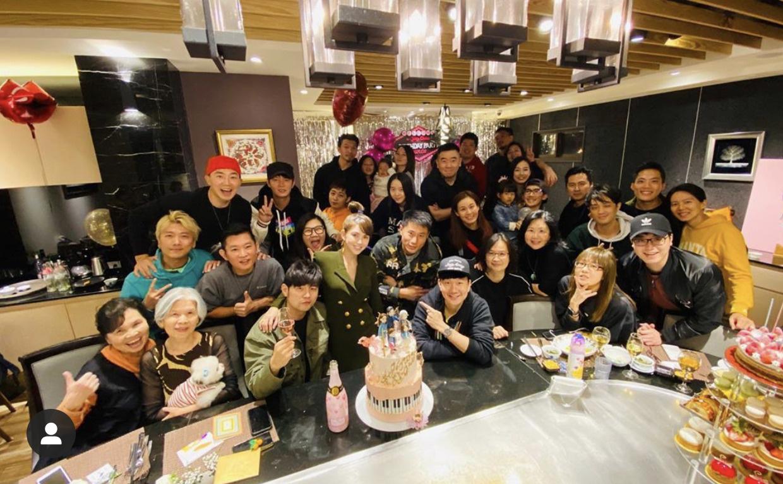 周杰伦生日派对充满粉红色 好友林俊杰现身送祝愿