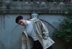近日,杨洋曝光了一组巴黎时装周期间拍摄的时尚写真。皮革派克夹克搭配深色真丝运动长裤,在绿意盎然的公园美景中,邂逅俊逸明朗的少年,恣意率性,青春有型。