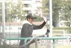 据港媒体报道,近日任达华频频现身公园锻炼被拍,运动之后还去逛街购物,遇到影迷也十分高兴的合影。