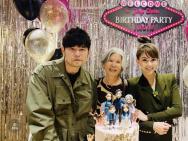 周杰伦生日派对充满粉红色 好友林俊杰现身送祝福