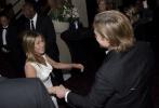 當地時間1月20日,美國洛杉磯,第26屆SAG美國演員工會獎舉行頒獎典禮。布拉德·皮特和前妻詹妮弗·安妮斯頓在后臺重逢,二人擦肩而過的瞬間手拉手,相視燦笑。