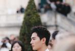 1月19日,杨洋现身巴黎男装周身出席活动。当天,杨洋身穿白色真丝包裹式夹克搭配PVC黑色皮裤,尝试真空驾驭深V领西服。