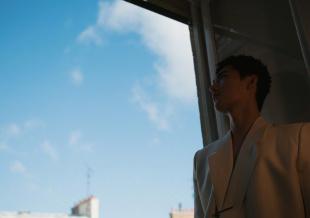 """杨洋白色真空西装亮相活动 霸总气场在线""""鲨人"""""""